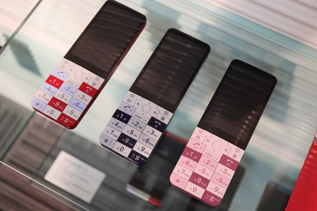 INFOBAR xvハンズオン:ノスタルジックなポチポチボタンにLOVE #携帯電話 #au #ニュース #デザイン #プロダクト https://t.co/bLYalaHdQs