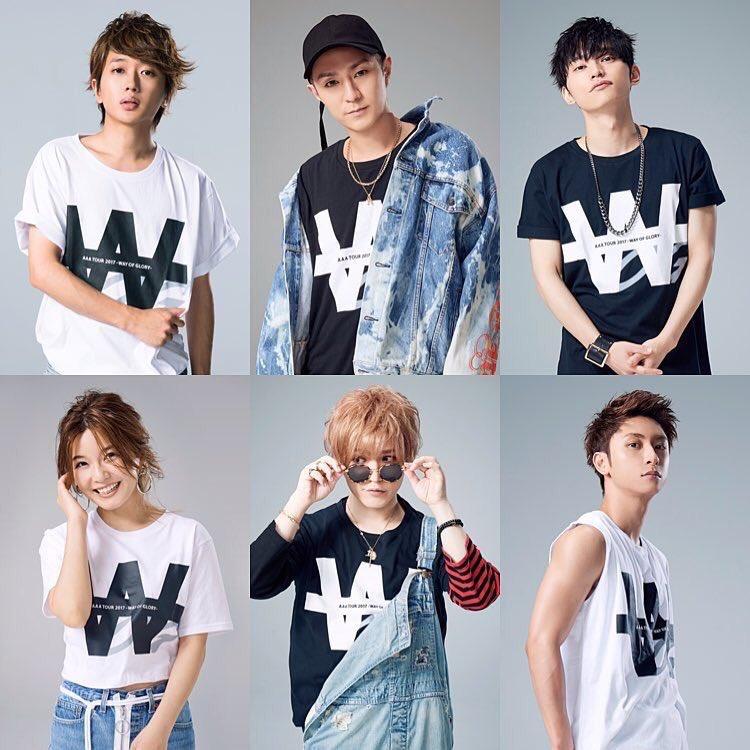 AAAのaTシャツを着るメンバー達