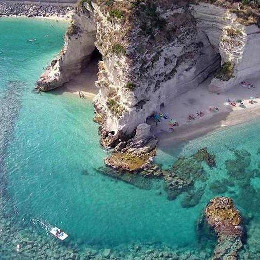 """""""È possibile innamorarsi a prima vista di un luogo come di una persona"""" Alec Waugh http://www.calabrianews24.it  #calabriadascoprire #forsud #mare #calabria #tropea #drone #bestsea #coast #seaside #naturephotographypic.twitter.com/Tw3pJKk61v"""