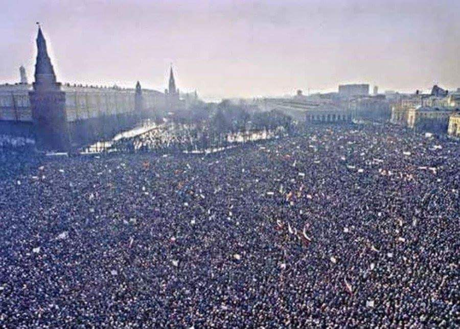 """Александр on Twitter: """"Светлана Комендант. Митинг за сохранение СССР 1991  год Москва.. По историческим данным, самый большой, массовый стихийный  митинг в истории страны - от 750 000 до миллиона человек вышли с"""