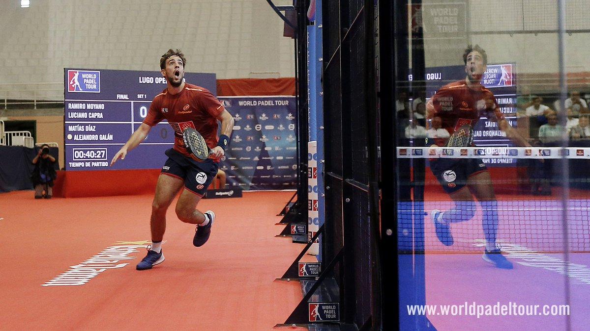 Lucho Capra trata de alcanzar la pelota fuera de pista