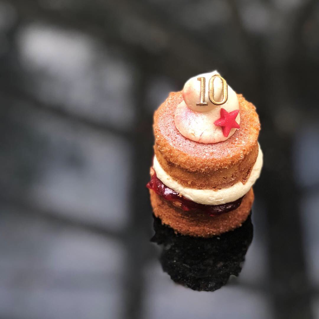 How cute are these miniature Victoria Sponge cakes?! #CakesByChlobo #BespokeCakes #VictoriaSponge #MiniVictoriaSponge #BakedWithLove #IndividualCake #BirthdayCakes #10thBirthday #MiniCakes #OmNomNom #RichmondCard #PartyBag #PartyFavours https://t.co/cDwmQtzNtH