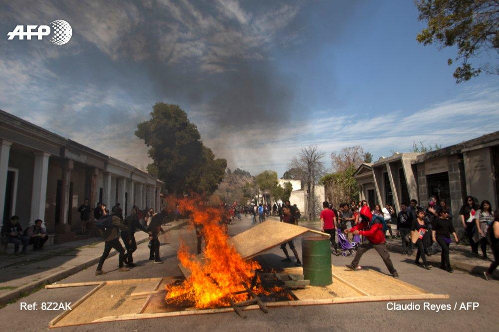 Miles de chilenos demandan fin de la impunidad tras 45 años del golpe militar. #AFP https://t.co/M1QJLUWH59 https://t.co/5MVk425aeo