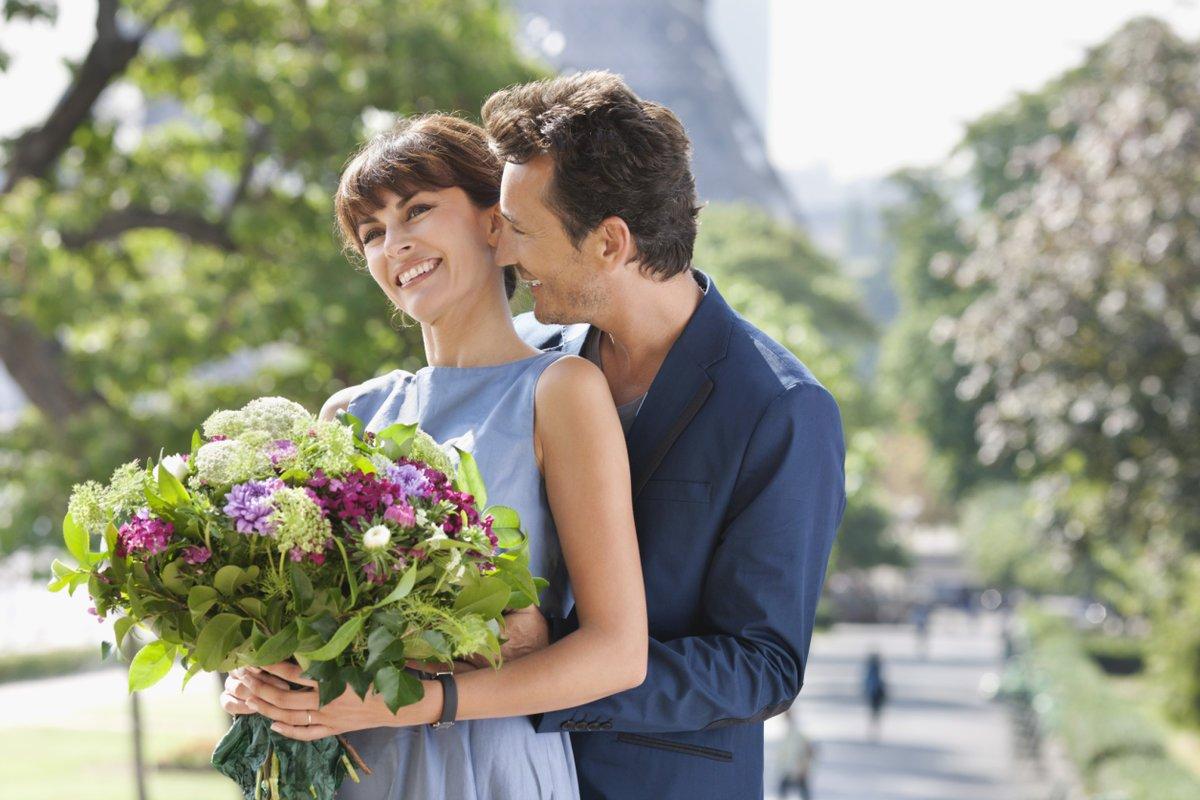 Открытке, картинки парень дарит цветы девушке