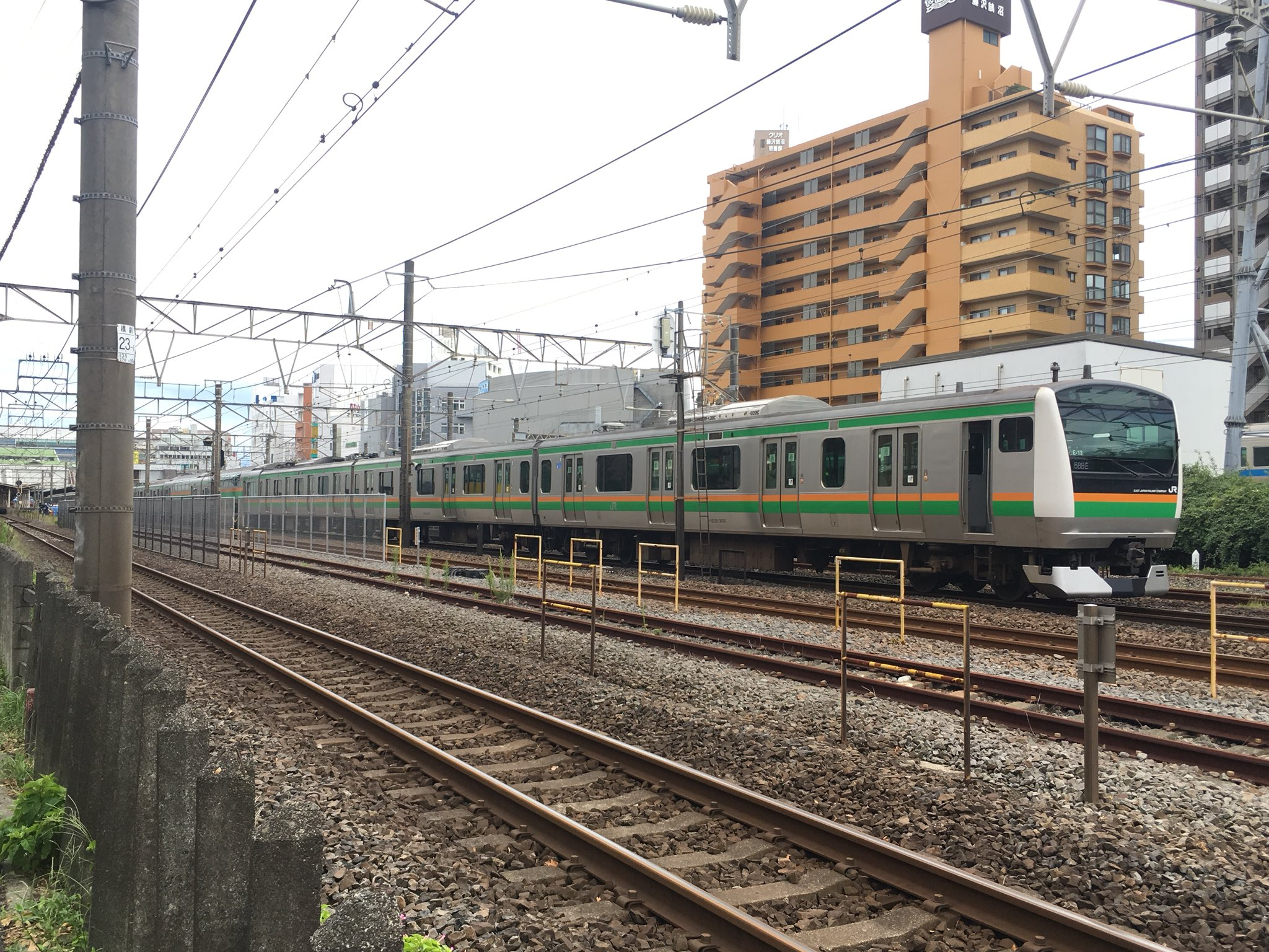 画像,東海道線藤沢駅人身事故当該列車は1588E普通古河行きE233系E-73編成+E-13編成当該編成は現在乗客降車及びパンタ下げて救助活動中の模様 https:/…