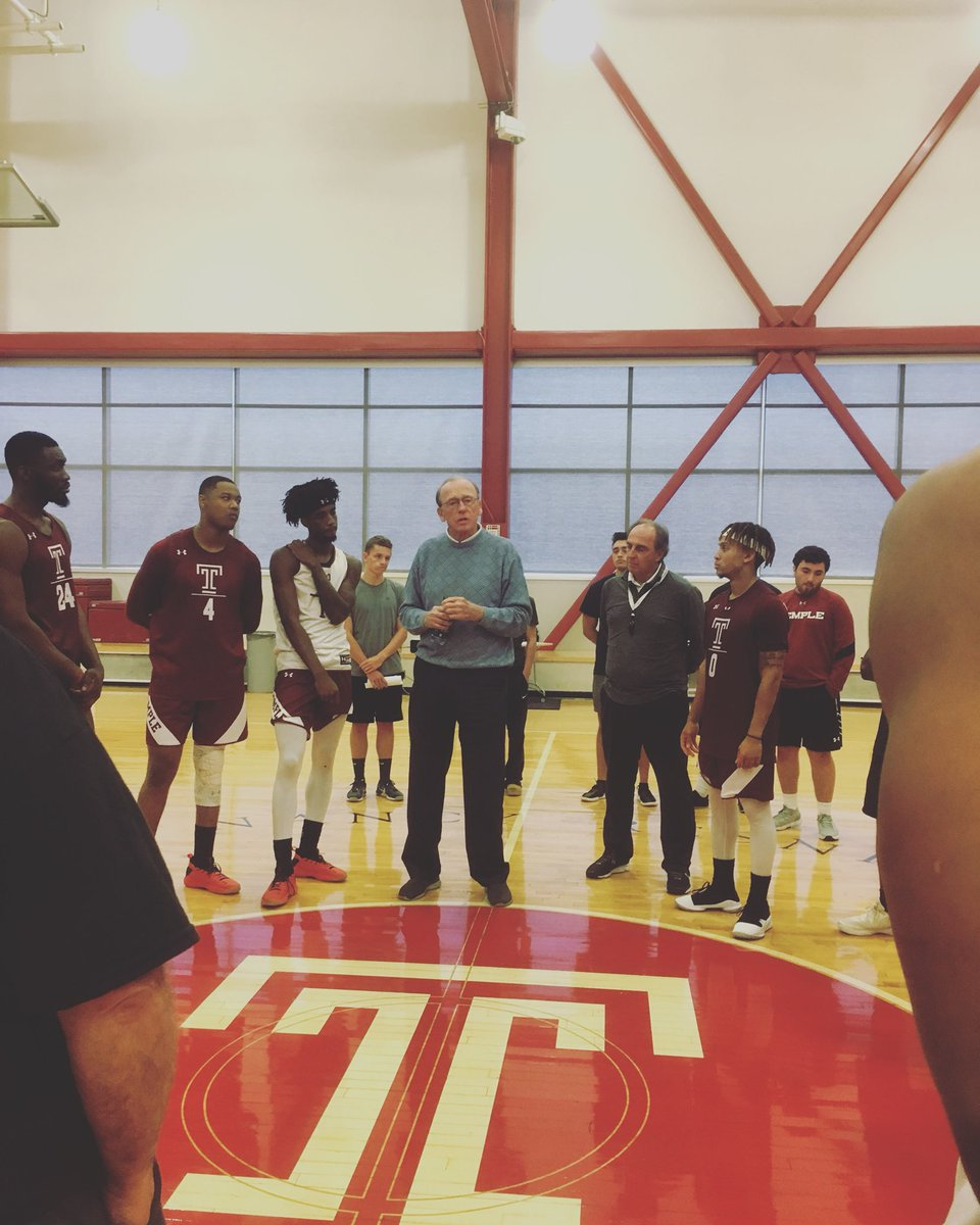 Billy Cunningham in the 🏠 talking to the team.  This guy knows Philly hoops!
