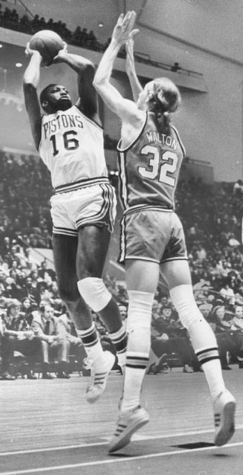 Bob Lanier shoots the fade away jumper over Bill Walton Happy Birthday Lanier!