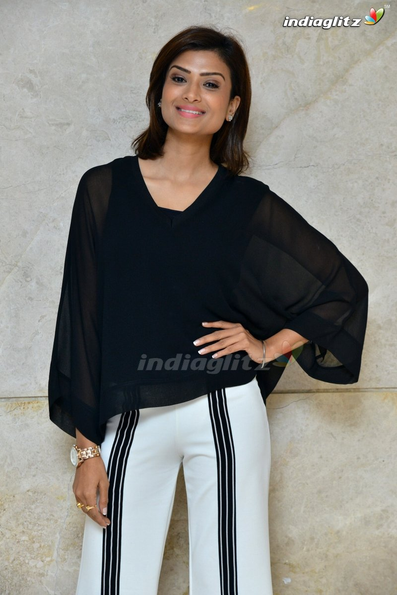 #IshitaVyas pics more @ https://www.indiaglitz.com/telugu-actress-ishita-vyas-photos-7398…