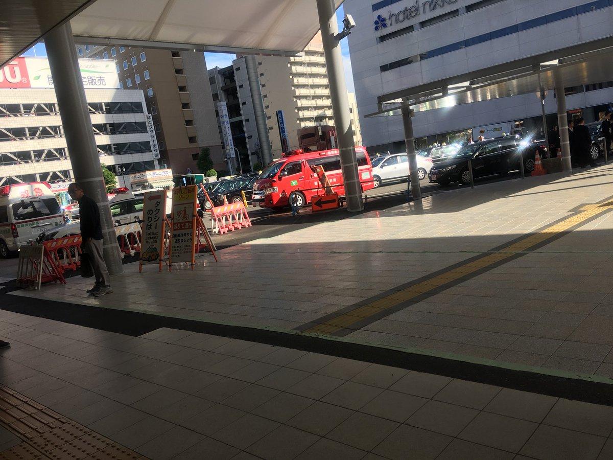 山陽新幹線の姫路駅に緊急車両が集結している画像