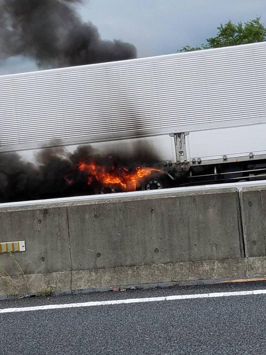 圏央道の海老名JCT付近でトラック車両火災の現場の画像
