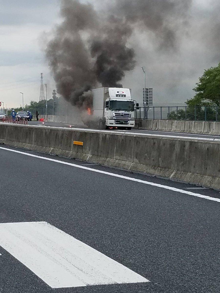 圏央道でトラック炎上する火事の現場の画像