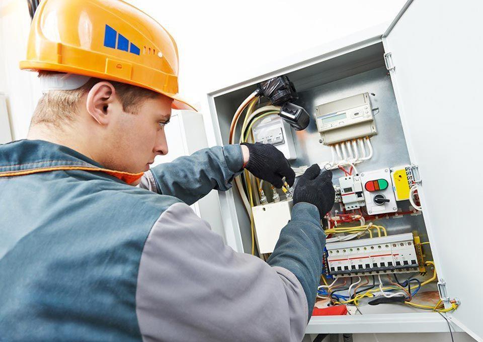 0b260a018cde5 EPIs para eletricista  Você sabe qual utilizar  Listamos os equipamentos de  proteção para garantir a segurança do trabalho! Confira   https   goo.gl S3VyNz ...