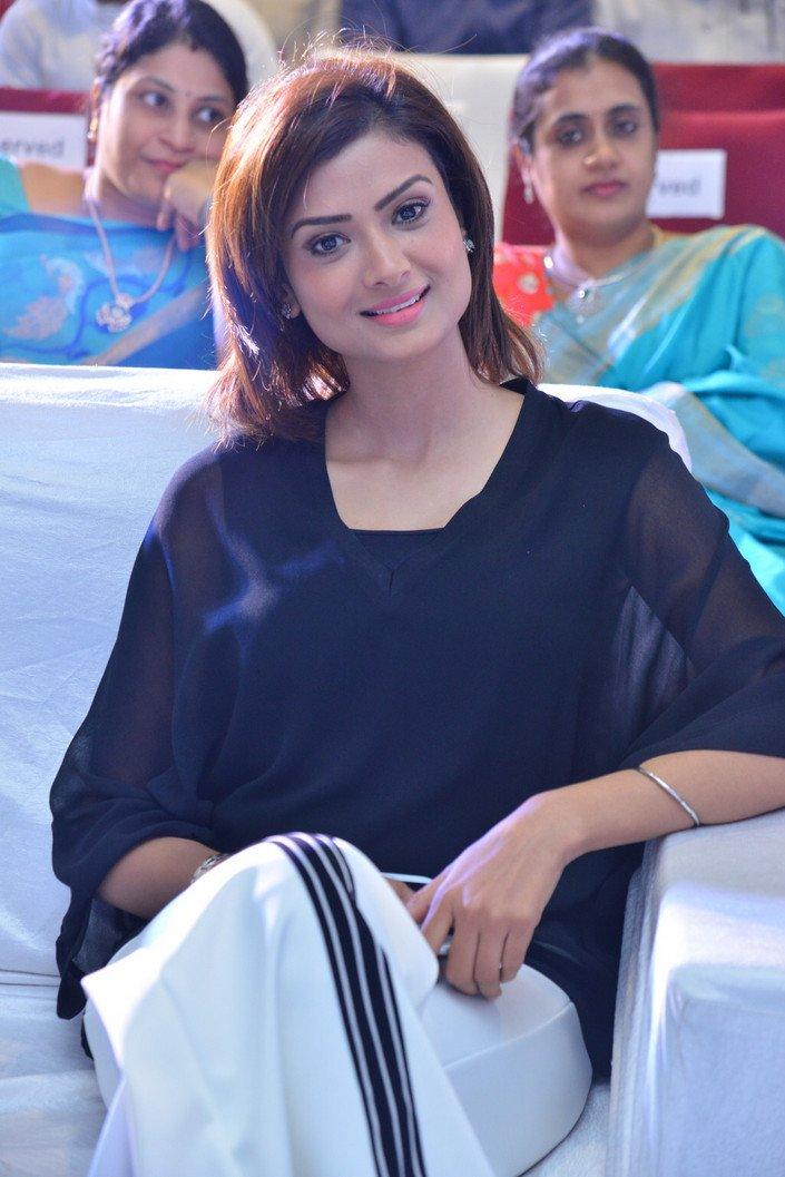 #IshitaVyas Latest Photos https://www.galatta.com/telugu/photos/actress/ishita-vyas/18473/p56…