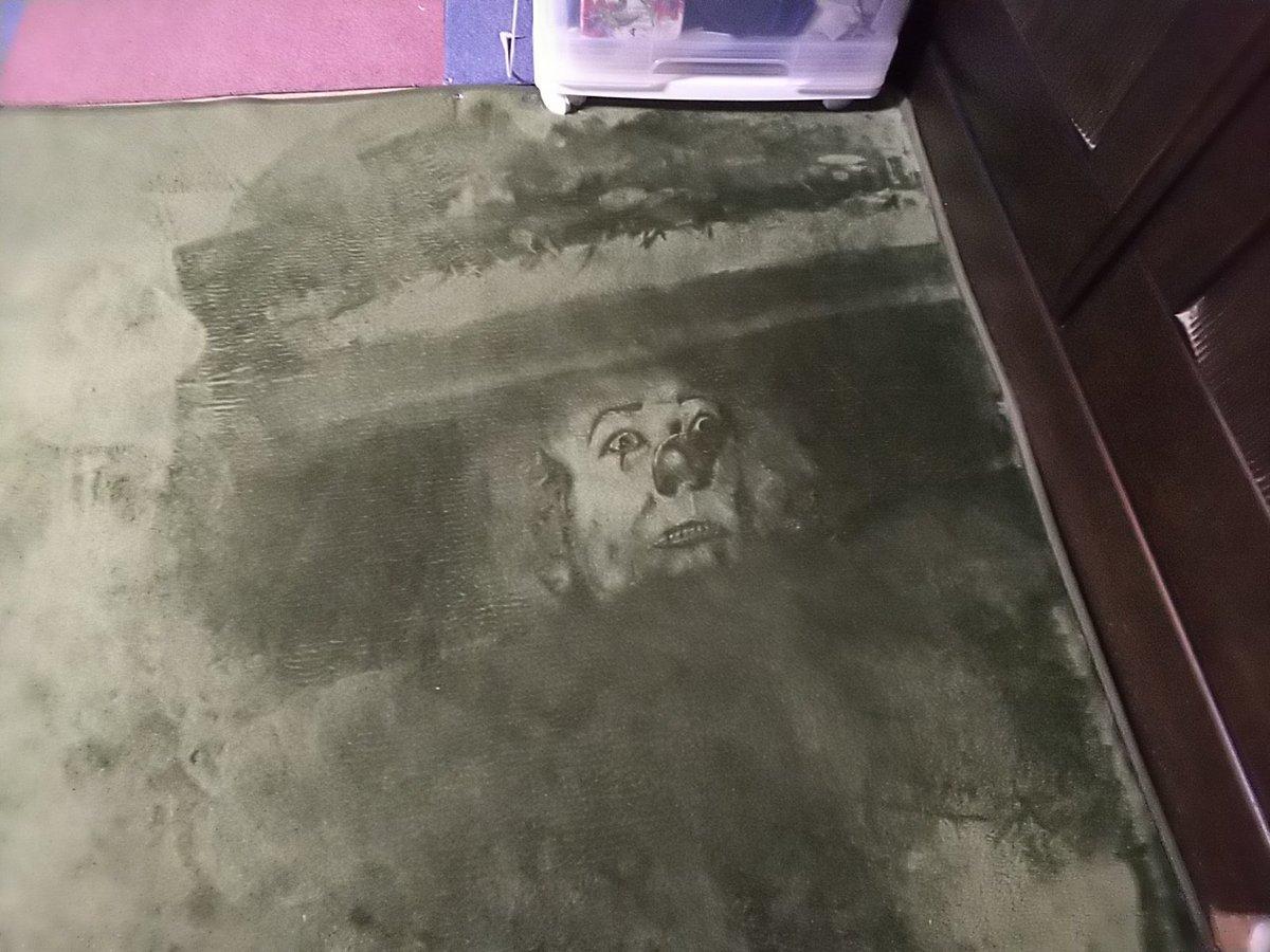 絨毯にペニーワイズ描きました
