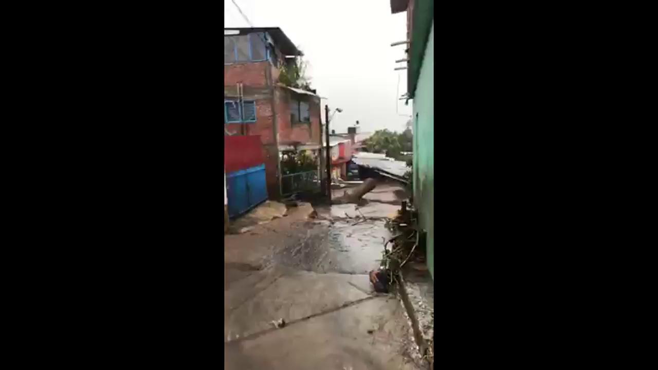 ▶VIDEO | Fuerte lluvia provoca desbordamiento de río en Peribán, #Michoacán https://t.co/n0mWSZiTrg https://t.co/z1ZxRoo3DA