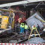 @dagvantoen - Vandaag in 2009 - Bij Barendrecht botsen twee goederentreinen op elkaar. Een van de machinisten komt om het leven. Een voorbijrijdende passagierstrein raakte een brokstuk. Er moesten tanks gebruikt worden om de locomotieven uit elkaar te trekken.  https://t.co/2G9Do9A0TV https://t.co/l4MNGGTSAV