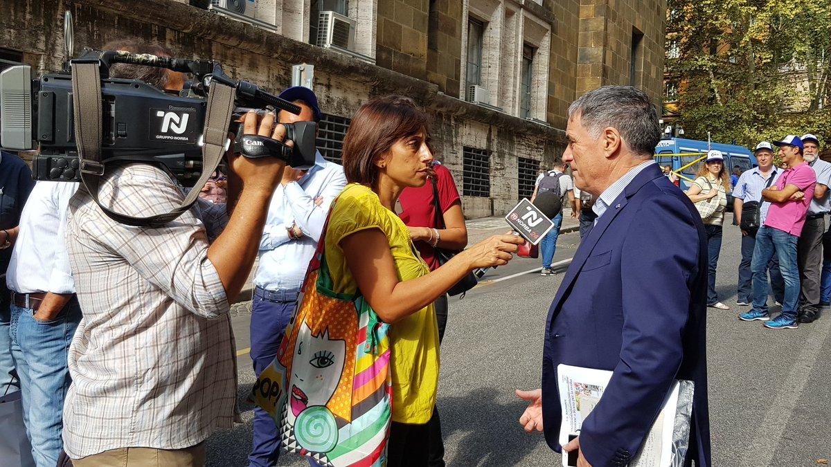 @RoccoPalombella Segretario Generale @UilmNazionale in presidio sotto al Ministero.#uilm#ammortizzatorisociali  - Ukustom
