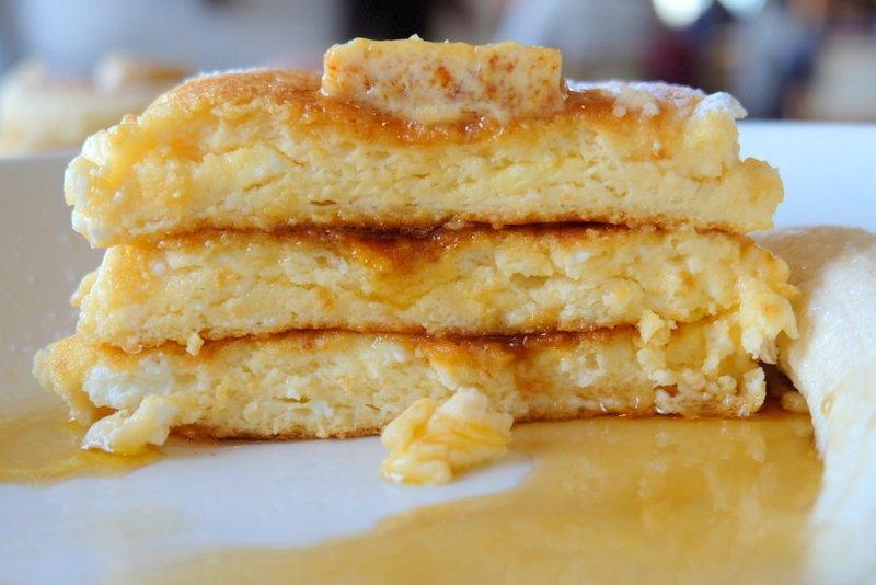 パンケーキ好きならこのパンケーキに見覚えがあるはず!! そーう!!とろけるような食感の『Bills(ビルズ)』のリコッタパンケーキですよ~! 生地はもちろん、1枚ごとにじゅわ~っと染み込むハニーコームバターもたまらない旨さ! ⇒https://t.co/6L5KASHpcx #メシコレ