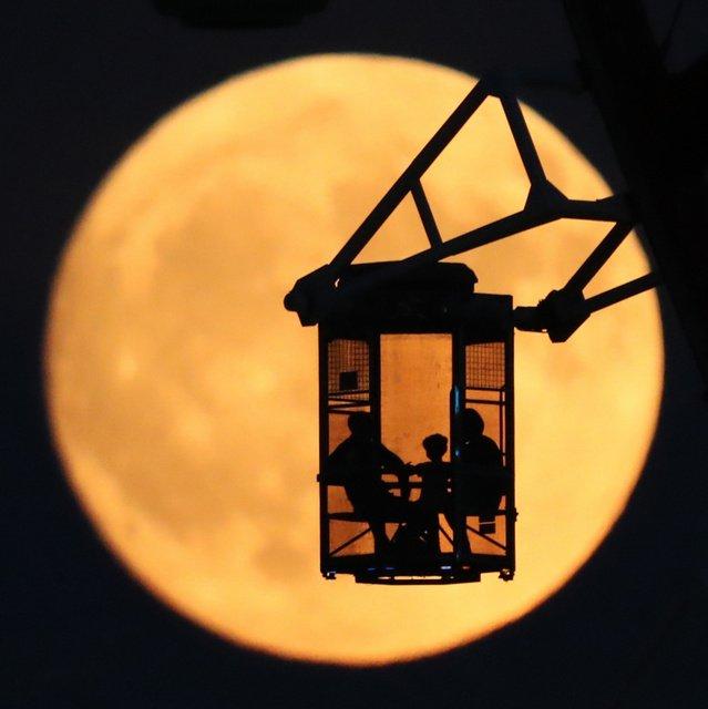 【中秋の名月】観覧車のゴンドラ照らして 東京・お台場 https://t.co/bLPWSdTuOi  お台場にある観覧車では、シースルーのゴンドラに乗った2人連れや家族たちのシルエットが月の光を背景に浮かび上がった。