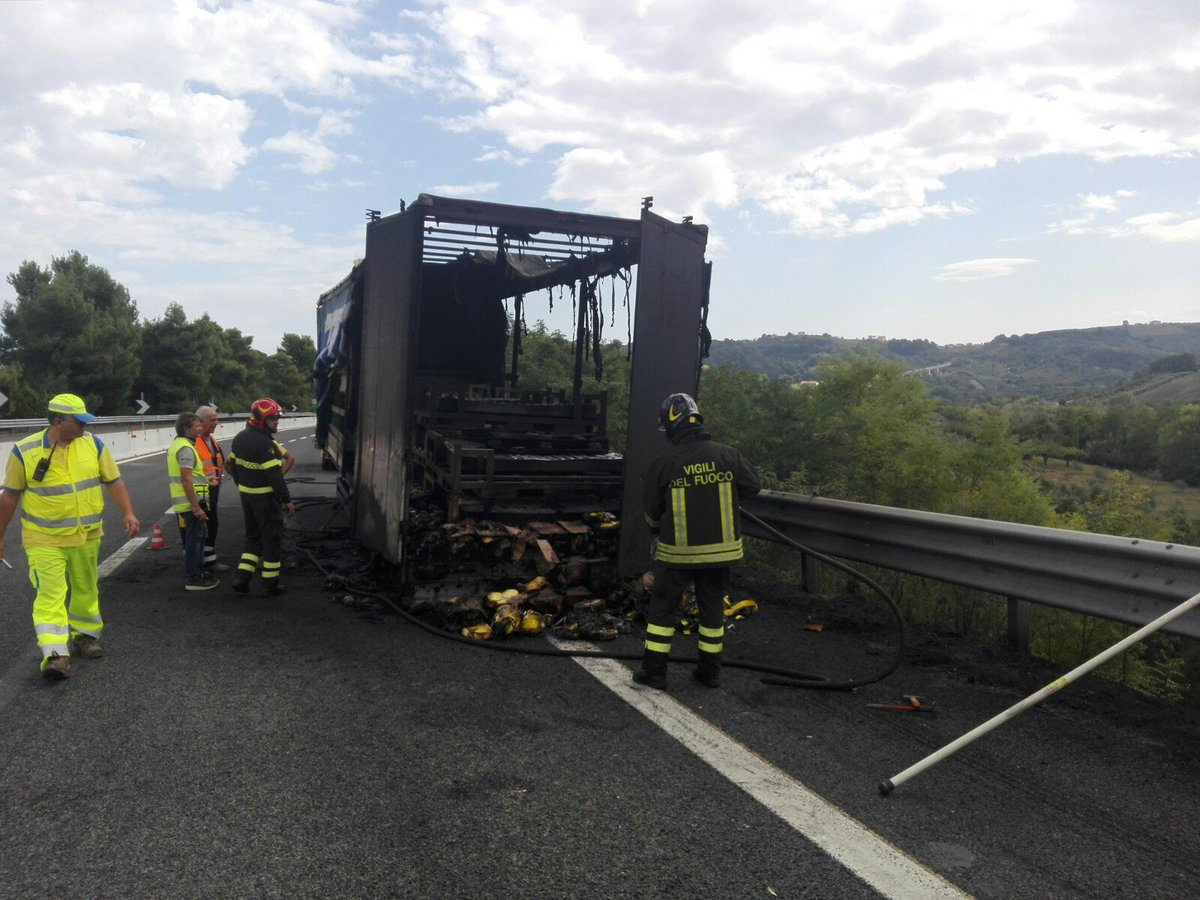 #abruzzo #24settembre #Incendio #Chieti #Dragonara #Pescara #Autostrada, #camion a fuoco a causa degli #pneumaticihttp://tinyurl.com/ydc5kzv8  - Ukustom