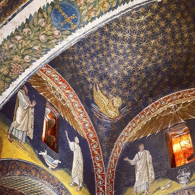 """...il cielo stellato sopra di me.""...#ravennamosaici #mausoleodigallaplacidia #ravenna #whatitalyis #visititaly #italy #igersitalia #ig_italia #visitravenna #travel #travelgram #picoftheday #amazing #art #architecture #mosaico https://ift.tt/2xMOUoX  - Ukustom"