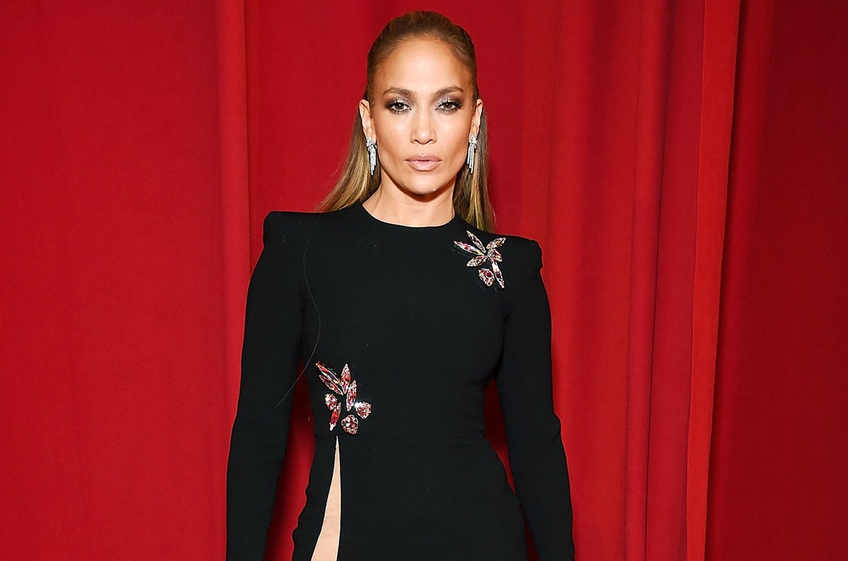 Jennifer Lopez falls during Las Vegas show and recovers like a boss https://t.co/oFIYgAHmGy