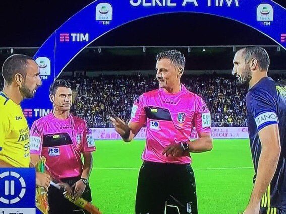 """Referee: """"So which one of you is Chiellini?"""" 😂😂"""