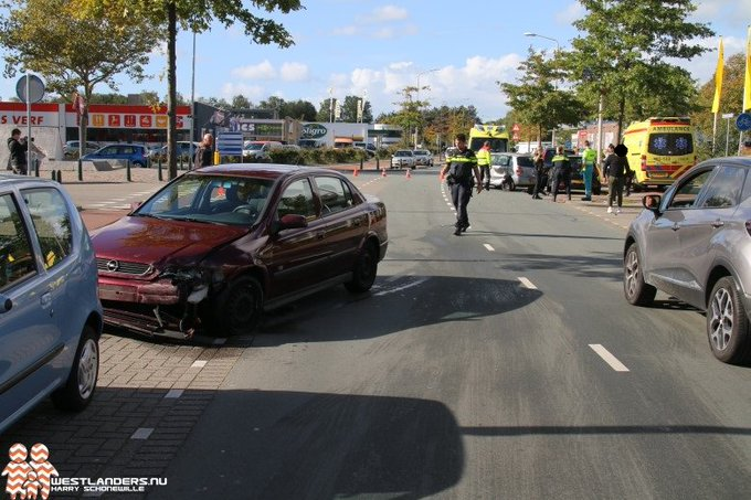 Twee gewonden bij ongeluk Zichtenburglaan https://t.co/CWpSHXImDw https://t.co/UZizBUk2LP