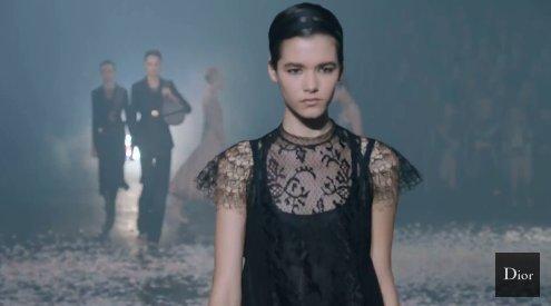A renda da bailarina - o desfile da @Dior começou com uma apresentação de balé e agora já mostra a coleção de primavera-verão 2019. Confira ao vivo no link: https://t.co/HPfR1Ol46M #Dior #moda #modafrancesaf#desfilerancesa