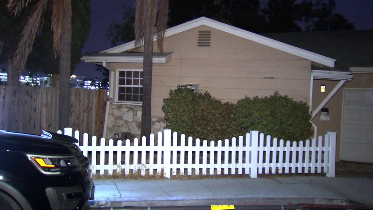#BREAKING 3 armed robbers sought after violent home invasion in Studio City, LAPD says https://t.co/CKIta2Z7aI
