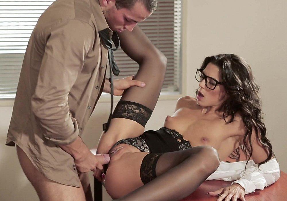 paren-zharit-sekretarshu-snimaem-domashnee-porno-sami
