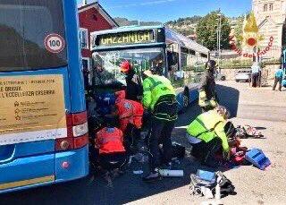Incidente tra due pullman nel piazzale della stazione di Gazzaniga, in provincia di #Bergamo: i 3 ragazzi coinvolti sono stati soccorsi dai #vigilidelfuoco e #suem118. Purtroppo uno di loro è deceduto.  - Ukustom
