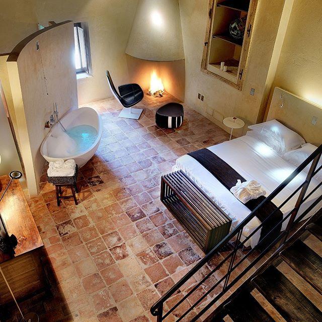 A Casacanditella (Ch) sorge il Castello di Semivicoli dove è possibile soggiornare in una suite come questa circondati da vigneti e uliveti a perdita d\