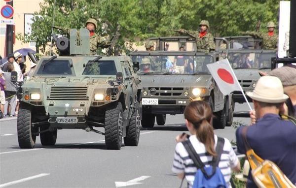 【市中パレードが増加傾向「装甲車など45両が走行、陸自出雲駐屯地がパレード」】 自衛隊の姿を市民にに見てもらい、「郷土部隊」として市民と触れ合うことは、有事だけではなく、災害派遣時も効果的。「顔の見える自衛隊」であることは基本の一つ https://t.co/jgjcISrj6V