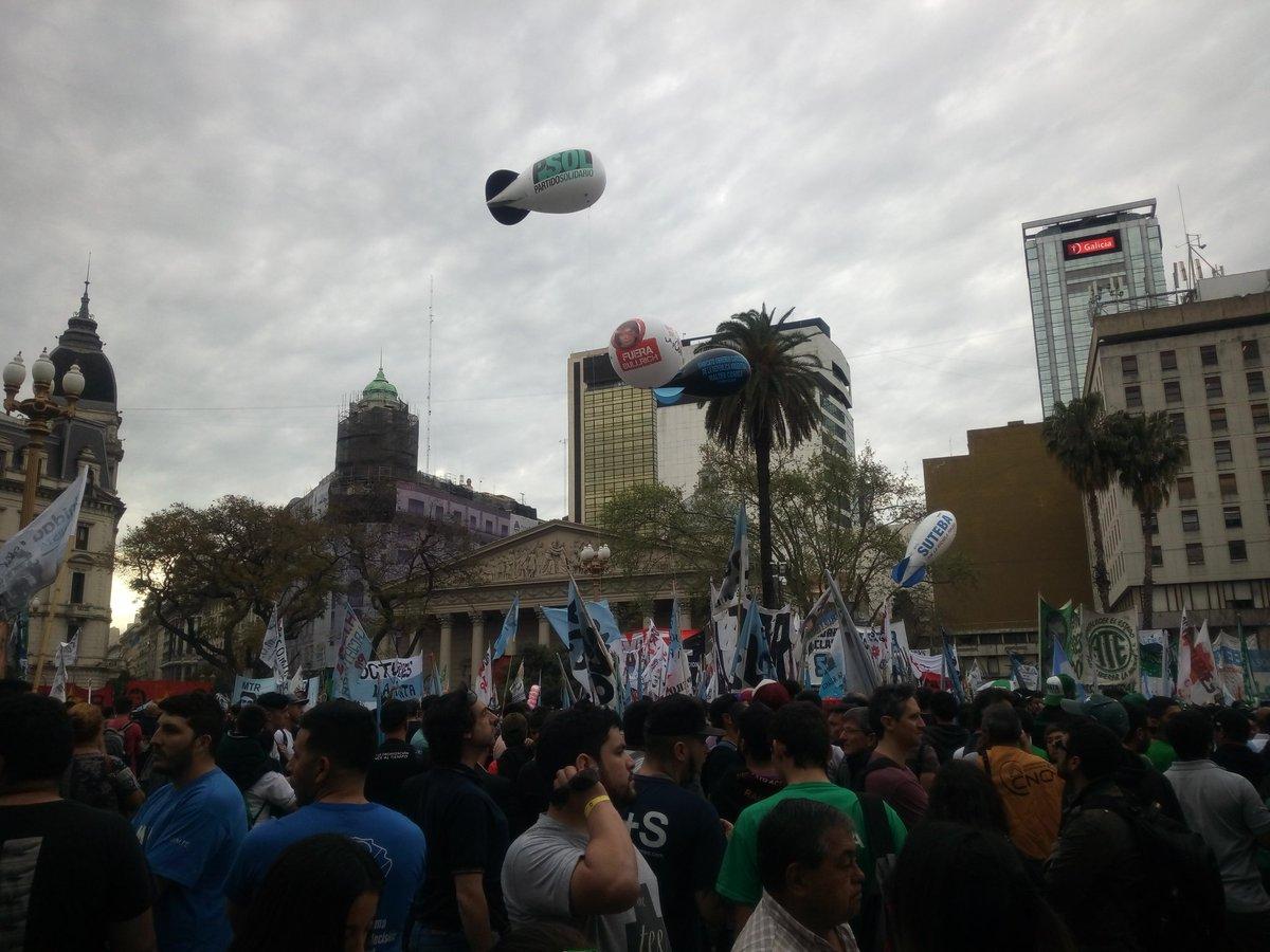 """#Argentina 500mila in corteo fino a Plaza de Mayo a Buenos Aires contro la legge finanziaria scritta da #Macri con il #FMI: """"basta saccheggio neoliberale, basta neoliberismo, fermiamo il saccheggio finanziario!"""" Domani sciopero generale contro il governo  - Ukustom"""
