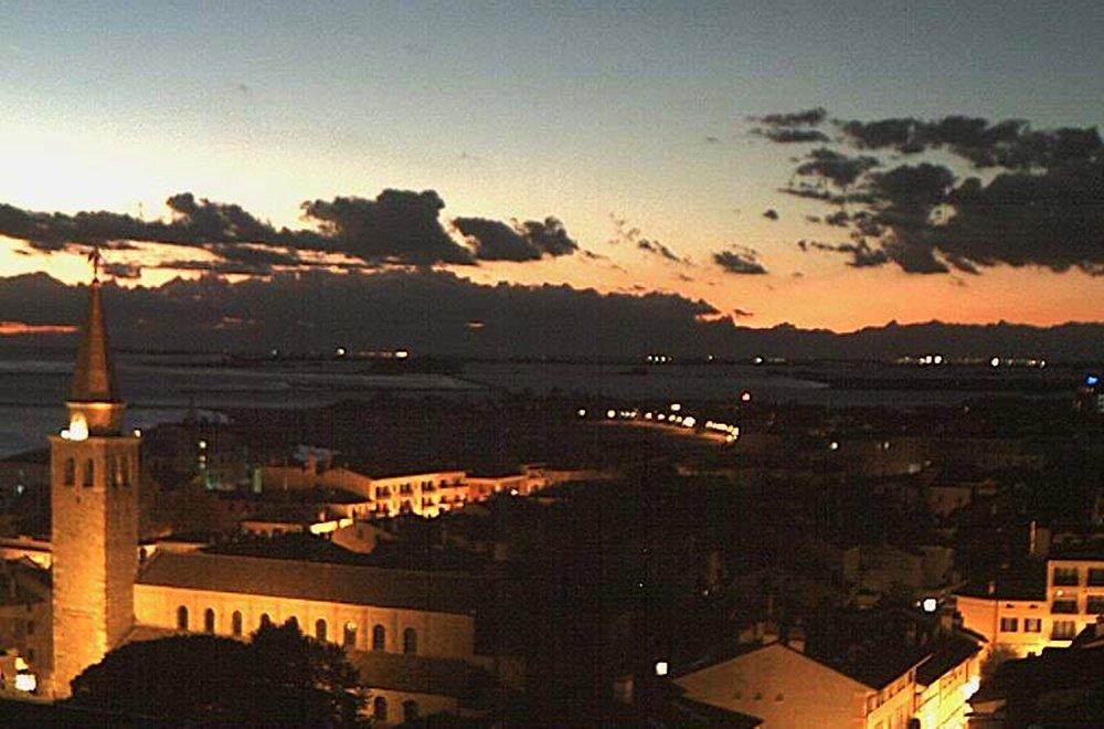 """.@otruta -#isola di #GRADO #island #insel #isla -#Buonasera #GoodEvening #GutenAbend #BuenaTarde -Da un suggestivo #tramonto a una spettacolare """"entrata"""" della #luna - #sunset - #moon  (#webcam GH #Astoria) -@abollis @BeautyfromItaly @CiriSince1978 @marina52182 @SuttoraM  - Ukustom"""