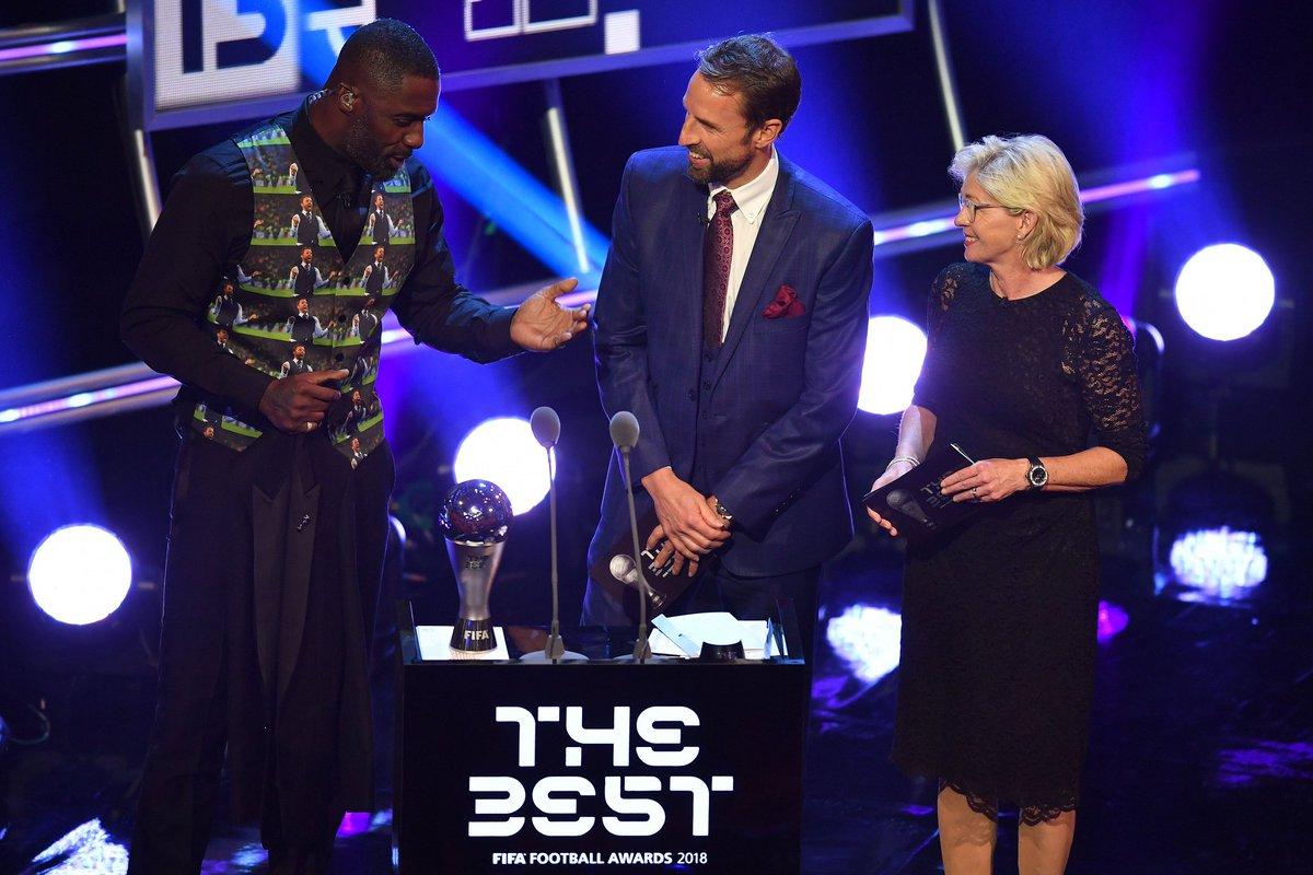 Mucha atención al chaleco que lleva Idris Elba a lo Southgate y con la imagen del seleccionador de los #ThreeLions. Parece que le ha gustado al bueno de Gareth (?) #FIFAFootballAwards