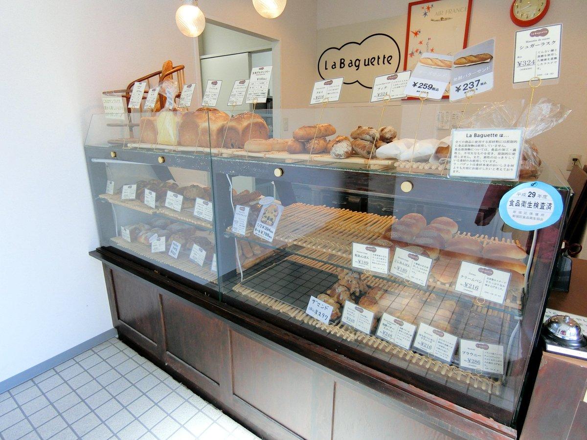 新宿にあるプロが認めるパン屋さんといえば『ラ・バゲット』 なんとこのお店、200軒以上のレストランにバゲットを卸しているんだって~! 一般の人でも購入できるなんて嬉しい!6種類あるバゲットサンドが超気になるーーっ!! ⇒https://t.co/qiliKKABa8 #メシコレ