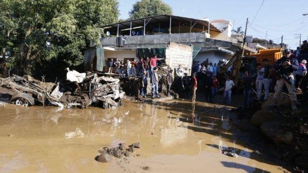 Cinco muertos y nueve desaparecidos deja inundación en #México https://t.co/yisrHwTE6h  Las fuertes lluvias ocasionaron el desbordamiento del río Cutio y la represa Parástico, en el municipio de Peribán, Michoacán