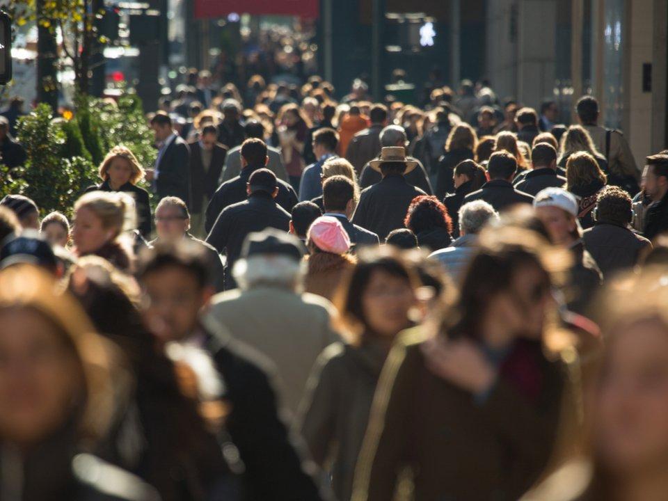歩くと安くなる保険で歩く人続々。北米最古の生命保険会社がウェアラブル無料で配る保険に全面転換 #テクノロジー #フィットネスヘルスケア #海外 https://t.co/XyzitdCZa3