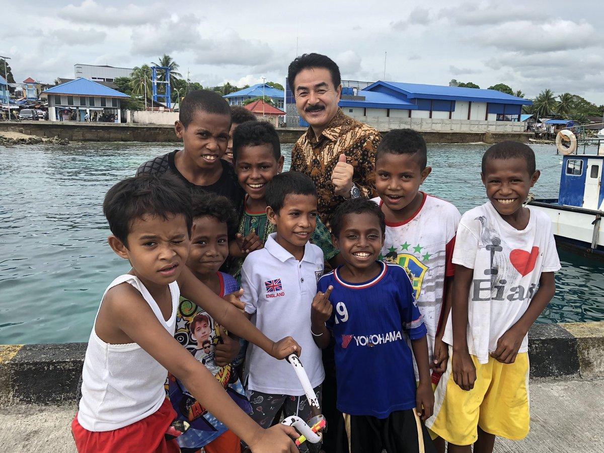 【ビアク島の子供達、恥ずかしがり屋さんが多いです】 漁港支援の調査等で港や島に行きました。子供達は素直です、写真を撮ってもハニカミ屋さんです。魚はマグロやカツオ等豊富ですが、離島間の運搬手段と冷蔵手段が不足。やっとスシ漁業担当大臣の意向で冷蔵倉庫ができましたが、漁船数も不十分