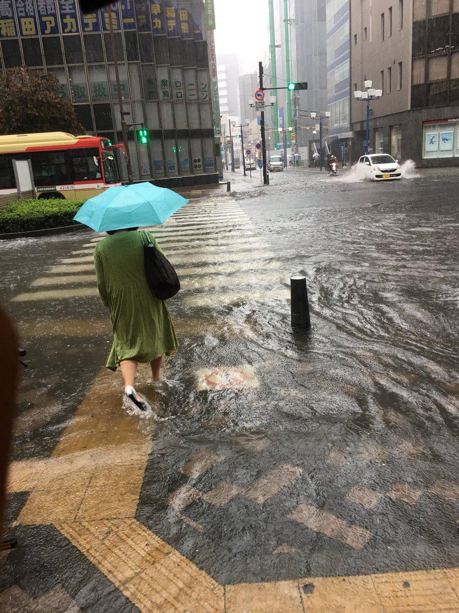 八王子市の道路が激しい大雨で洪水している画像