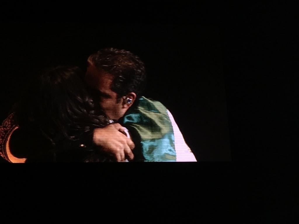 . @camilacabello97 cerró su concierto  en el Palacio de los Deportes cantando con su papá y#mariachis #MéxicoEnLaPiel  ¡Viva México cabrones! 🇲🇽 👏🏼👏🏼👏🏼 🇲🇽#NeverBeTheSameTourCDMX