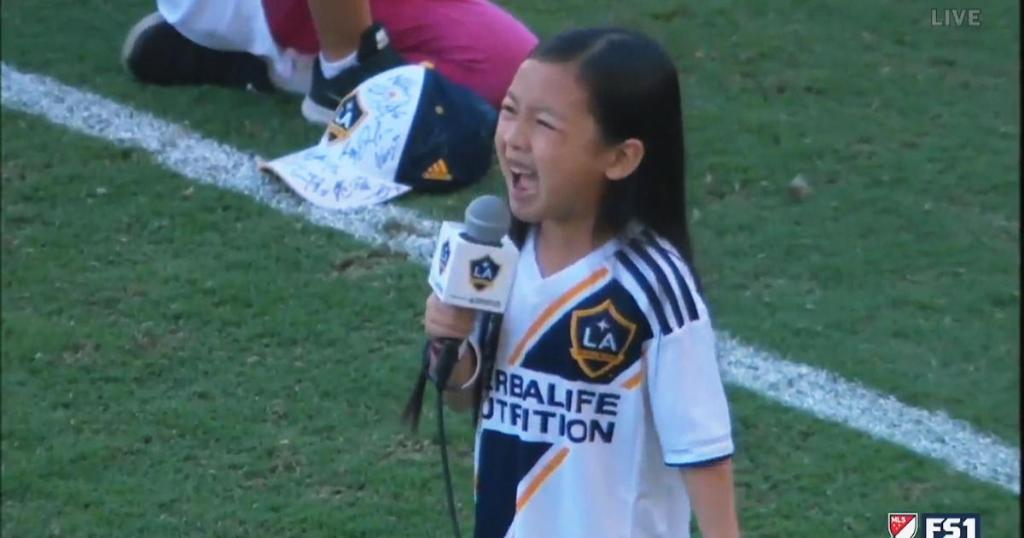 7-year-old girl stuns crowd with moving rendition of national anthem https://t.co/fpCWCgkFC1