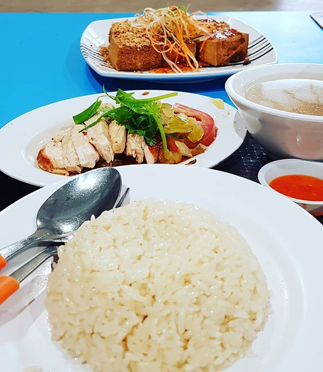 Sumptuous chicken rice and fried tofu. #chickenrice #dinner #ixoxult https://t.co/y8WpYUcz0Y
