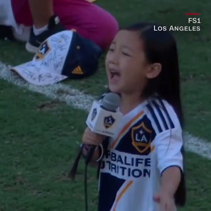 This 7-year-old girl wowed a crowd with a stunning rendition of the 'Star-Spangled Banner' https://t.co/UHlwqswJ7X
