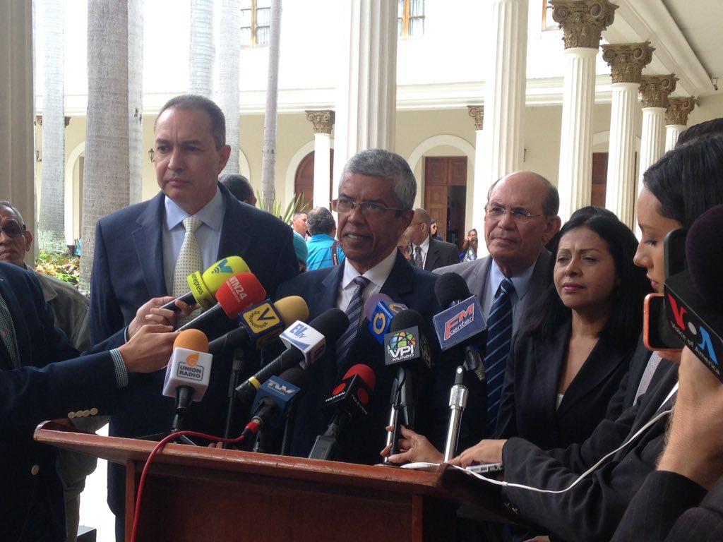Dip. @luisbarraganj propuso que ante la renuncia de los magistrados del TSJ en el exilio, la AN debe nombrar sus sustitutos de inmediato. #25Sep