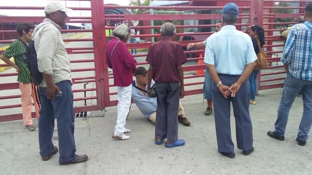 La entrada al Puerto de #LaGuaira donde está el buque hospital de China estaba cerrada para los pacientes. El señor Alejandro Montilla llegó desde #Boconó, #Trujillo y no pudo ingresar. 📷: @LaVerdadVargas