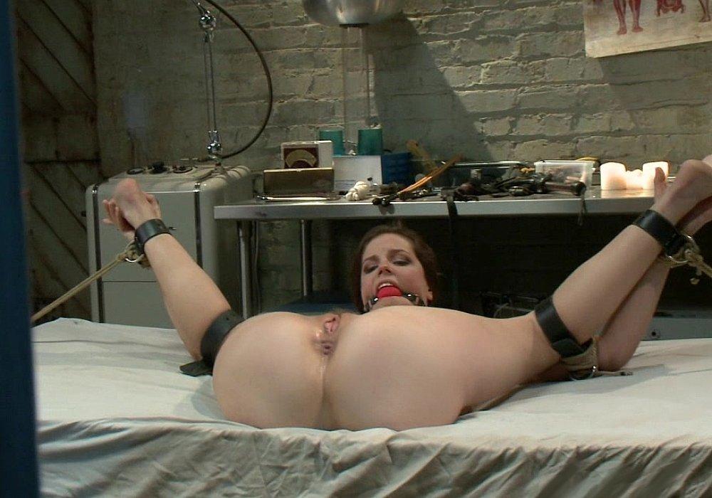 devushku-svyazali-i-razdvinuli-nogi-domashnee-porno-video-s-ochkastoy-blondinkoy-viktoriey