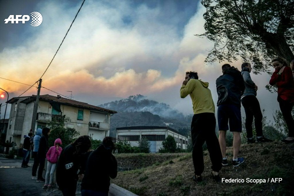 #UPDATE  A vast forest fire nea #Pisar  in Tuscany has forced the evacuation of hundreds of people from their houses, with firefighters battling to extinguish flames fanned by fierce winhttps://t.co/7yeOWNUuNO #Calcids